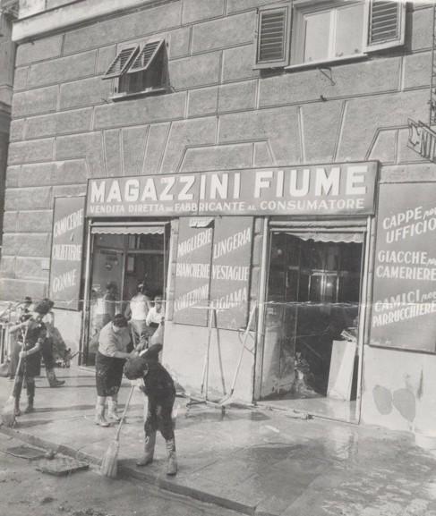 Operai al lavoro nell'alluvione del 1970